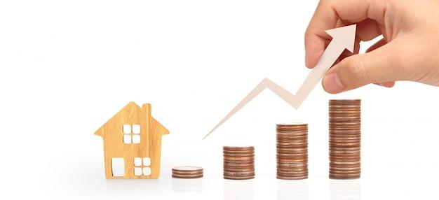 Casa de juguete de madera hipoteca propiedad concepto de hogar.