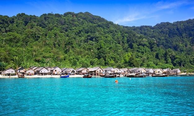 Casa junto al mar moken en las islas surin en tailandia.
