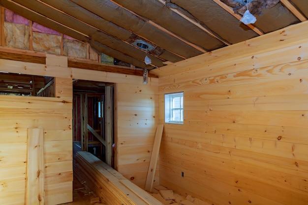 Casa de madera está en construcción de paredes de madera.