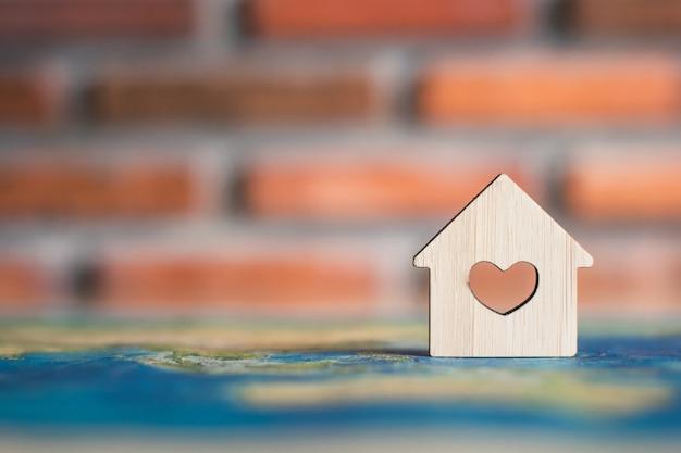 Casa de madera en el mapa mundial
