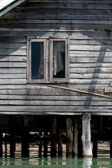 Casa de madera en el mar tailandia
