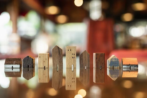 Casa de madera modelo en mesa de madera.