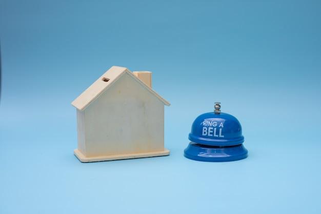 Casa de madera con timbre listo para comprar o alquilar concepto.
