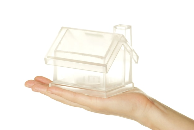La casa en mano humana en blanco