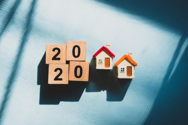 Casa en miniatura con año 2020 en bloques de madera.