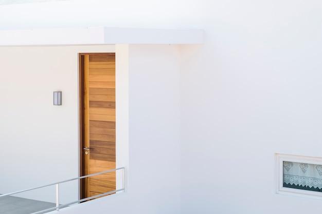 Casa minimal y puerta de madera.