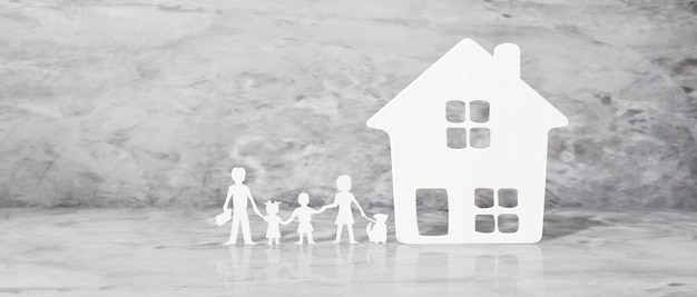 Casa modelo. concepto de alquiler, compra y venta de bienes raíces. servicios inmobiliarios, reparación y mantenimiento de edificios