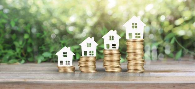 Casa modelo maqueta en monedas. concepto de inversión inmobiliaria inmobiliaria