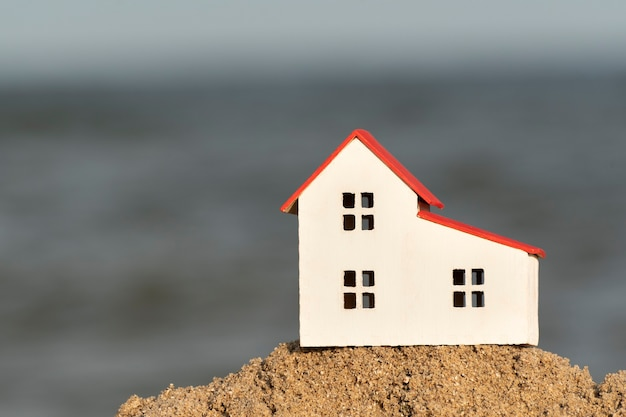 Casa modelo en miniatura en la playa