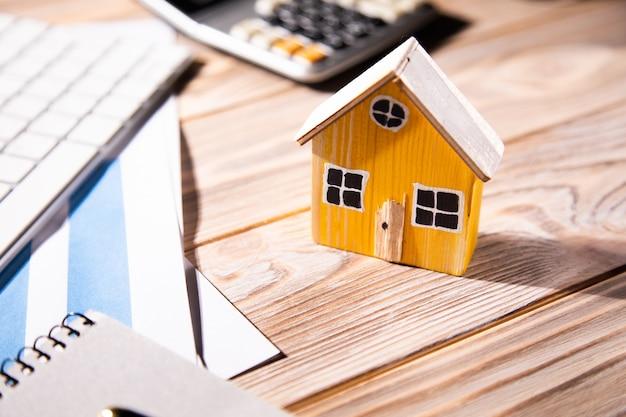 Casa modelo en venta y gráficas. concepto de bienes raíces.