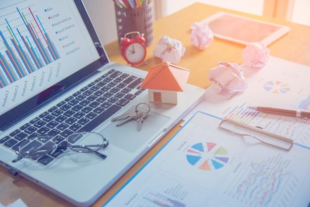 Casa modelo en venta y gráficos. concepto de bienes raíces