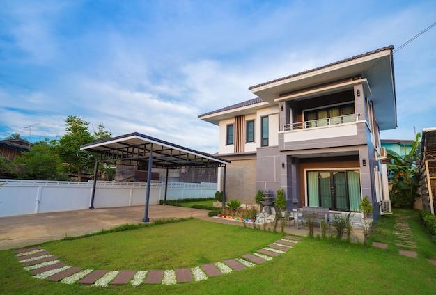 Casa moderna con cielo