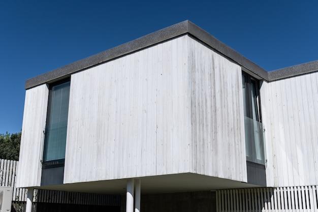 Casa moderna con revestimiento de madera.