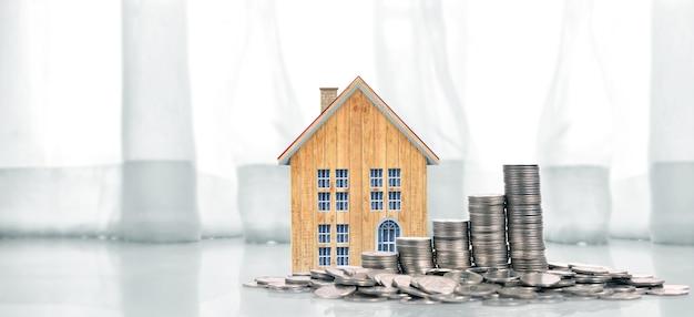 Casa de monedas en crecimiento en monedas de pila. concepto de propiedad de inversión y concepto de inversión financiera.