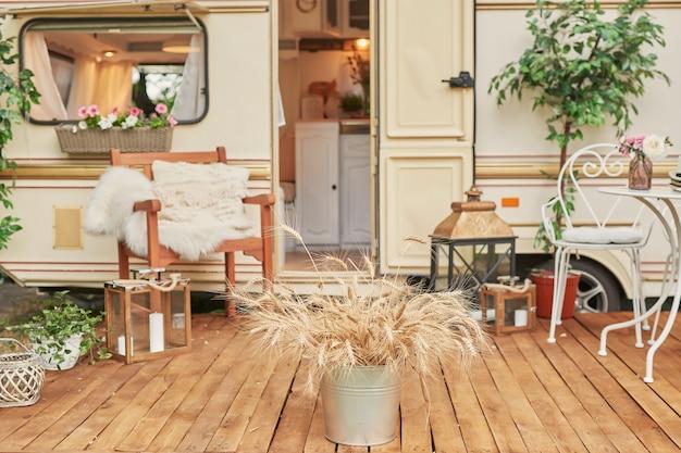 Casa móvil van en pasto verde en verano al atardecer, casa sobre ruedas