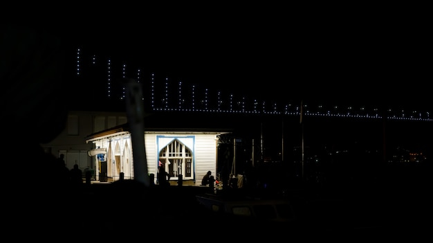 Casa del muelle iluminada por la noche