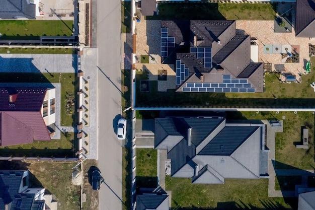 Casa nueva con jardín y placas solares en la azotea.