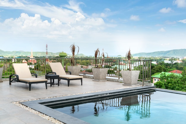 Casa o casa diseño exterior que muestra una villa con piscina tropical con hamaca