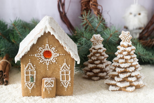 Casa de pan de jengibre y árbol de pan de jengibre en una luz