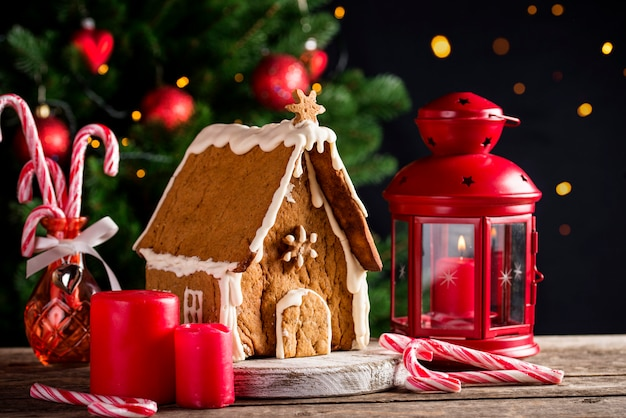 Casa de pan de jengibre decorativa casera de navidad