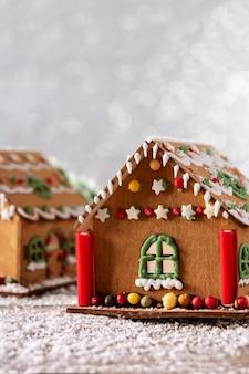 Casa de pan de jengibre de navidad sobre fondo blanco brillo