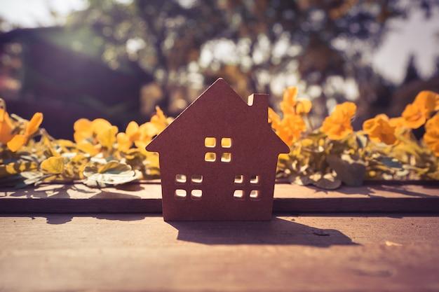 Casa de papel duro sobre la mesa, un símbolo para la construcción.