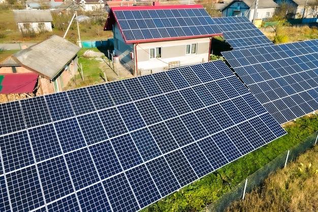 Casa particular con paneles solares fotovoltaicos ubicados en el suelo para producir electricidad limpia. concepto de hogar autónomo.