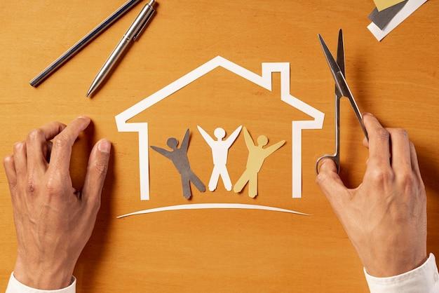 Casa y personas hechas de papel vista superior