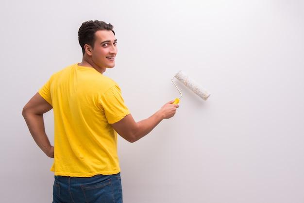 Casa de pintura de hombre en concepto de bricolaje