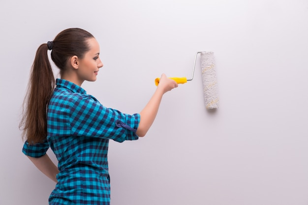 Casa de pintura mujer en concepto de bricolaje