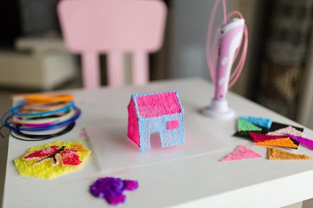 Casa de plástico y bolígrafo 3d