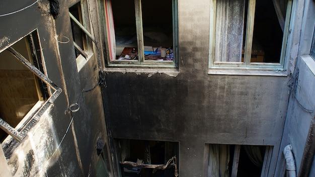 Casa que fue abandonada después de un gran incendio.