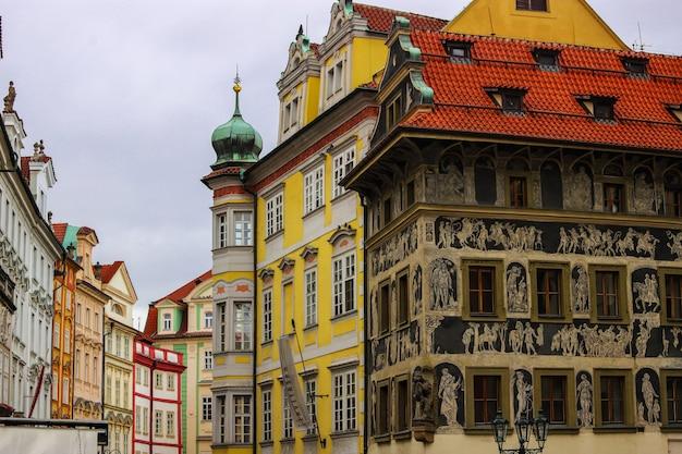 Casa renacentista bajo el minuto decorado con técnica de grafito, plaza de la ciudad vieja, praga, república checa