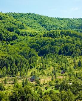 Casa solitaria en montañas verdes