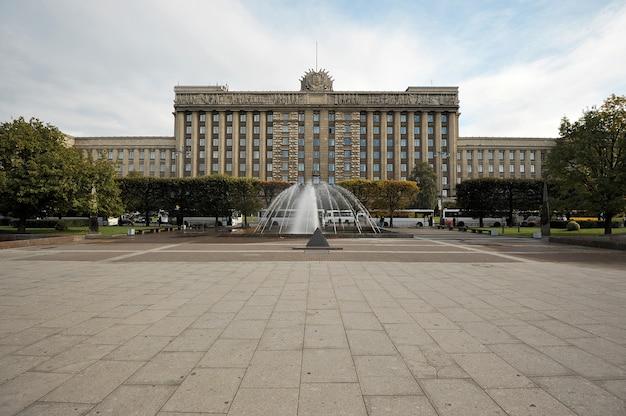 La casa de los soviéticos en la plaza de moscú en san petersburgo, rusia