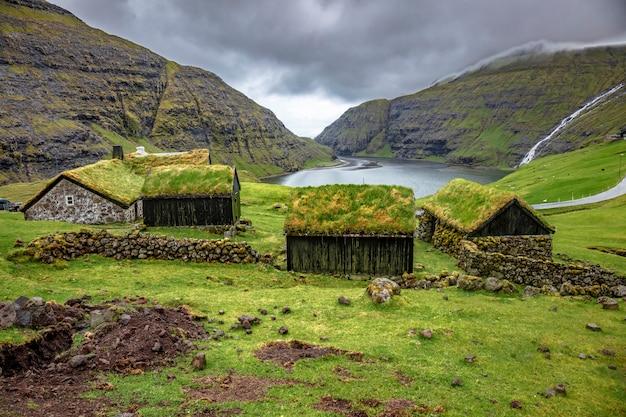 Casa con techo verde en saksun.