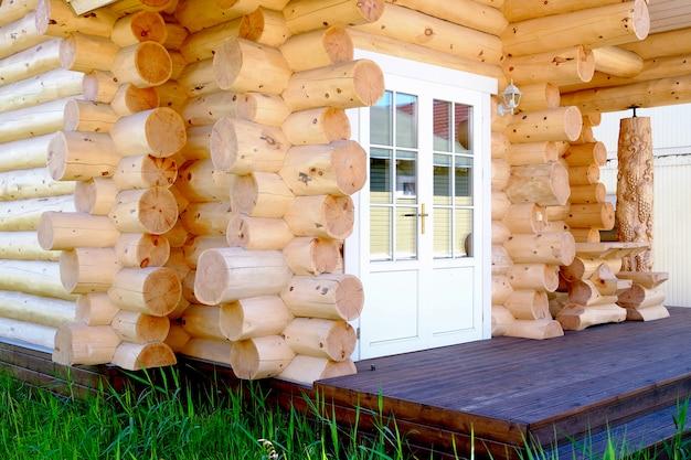 Casa de troncos del país. hermosa casa de campo verde en el jardín.