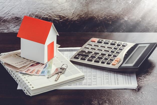 Casa unifamiliar en pila de dinero
