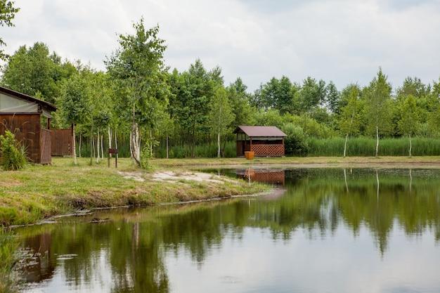 Casa de vacaciones cerca del lago. el concepto de pesca y recreación.