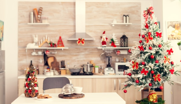 Casa vacía con decoración para vacaciones de invierno con decoración roja