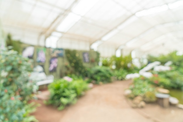 Casa de vidrio borroso abstracto en jardín