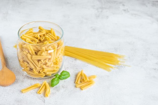 Casarecce de pasta italiana sin cocer y espaguetis