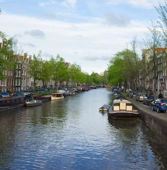 Casas antiguas en el anillo de canales de amsterdam, holanda