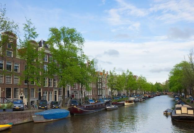 Casas antiguas en el anillo de canales de amsterdam, países bajos