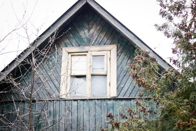 Casas antiguas de madera en el pueblo