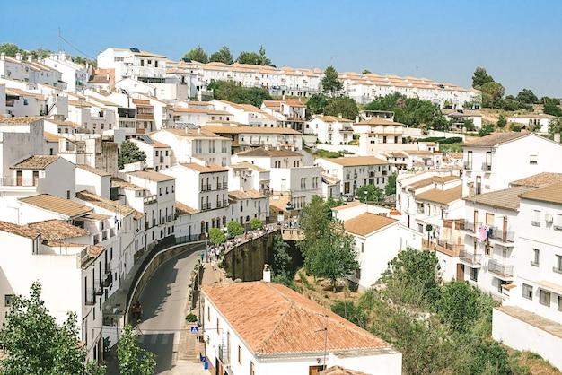 Casas blancas en la pequeña ciudad de setenil de las bodegas, españa