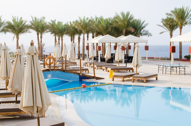 Casas blancas y piscina en territorio de hotel de cinco estrellas en sharm el sheikh.