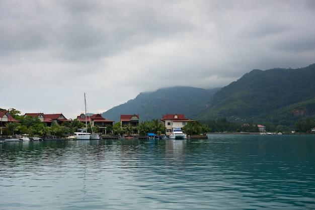 Casas cerca del mar con día nublado