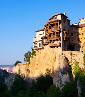 Casas colgantes sobre rocas en cuenca