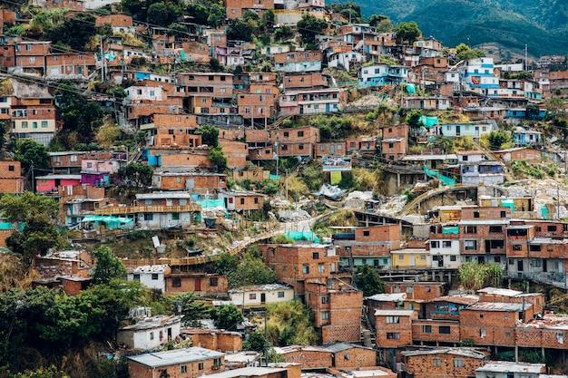 Casas en las colinas de comuna en medellín, columbia